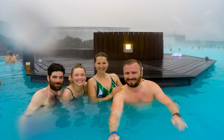 Blue Lagoon Islanda Group Selfie
