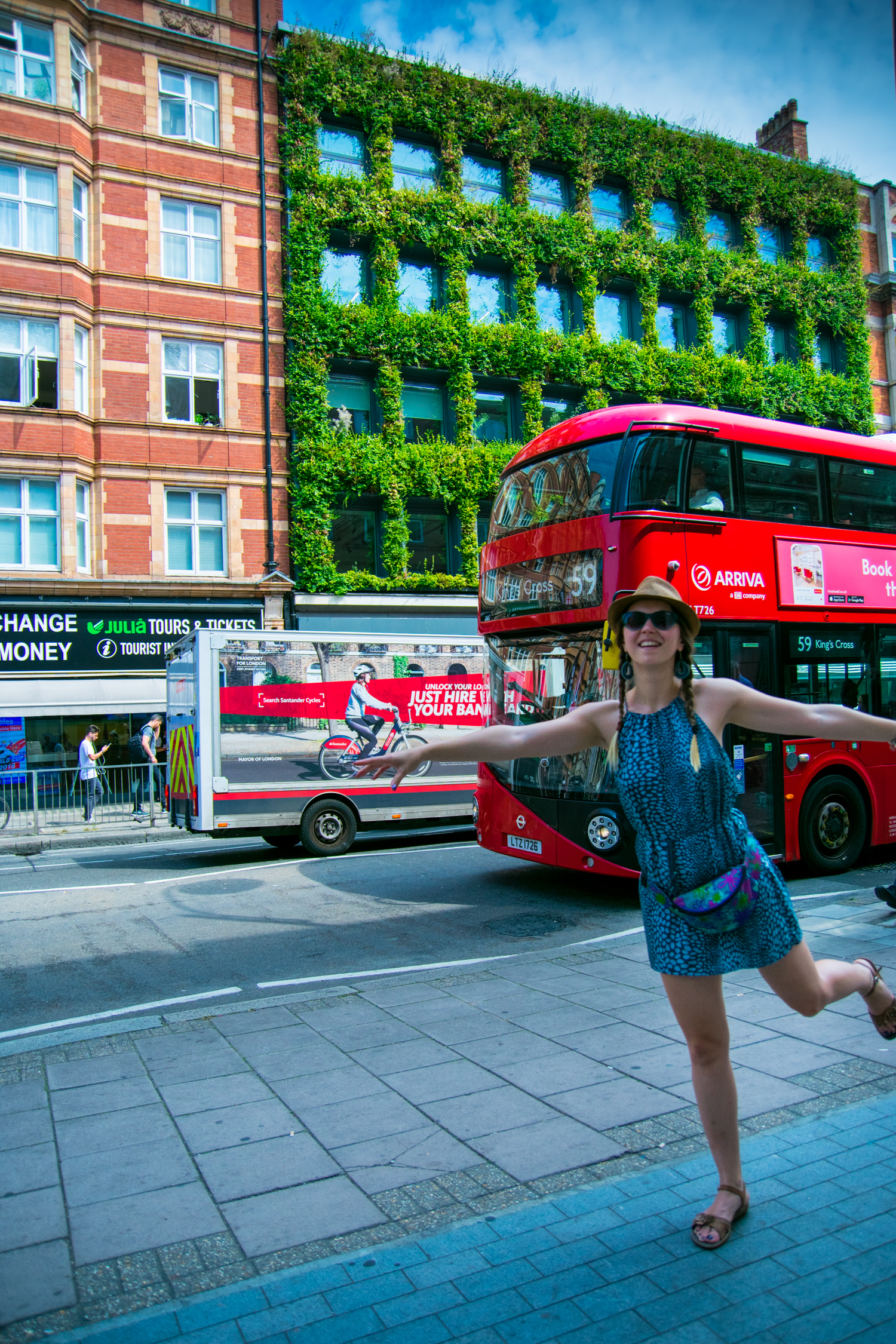 Double-decker Londra green wall